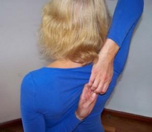 foto oefening voor stijve schouders en gespannen nekspieren